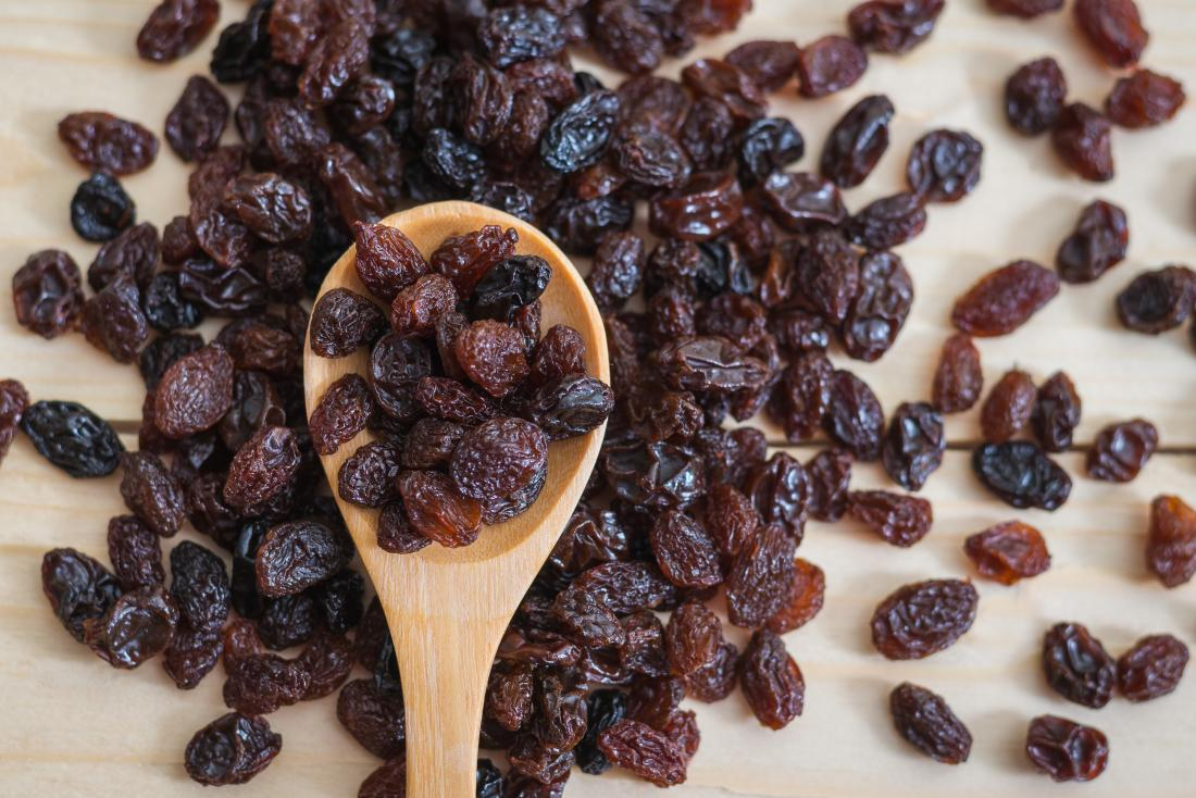 raisins-on-a-wooden-spoon